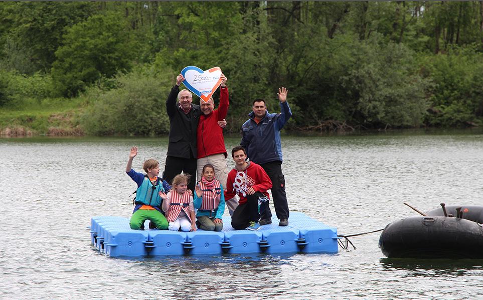 Vorstandsmitglieder FJR mit Spender und Kindern