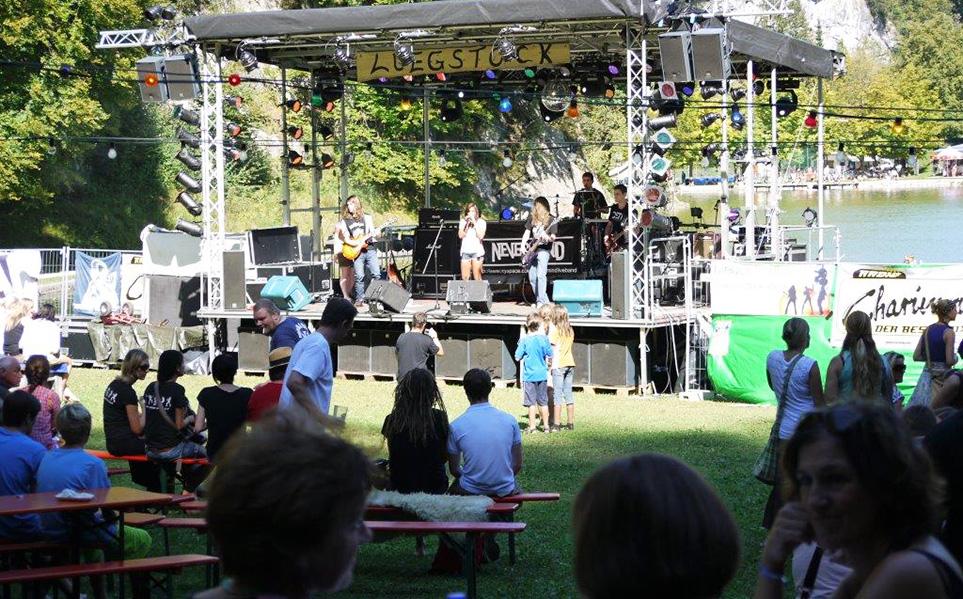 Band spielt auf der Mobilen Bühne des FJR vor Zuschauern beim Luestock-Fesival in Oberaudorf